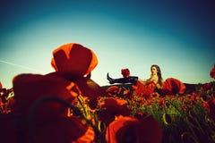 θερινό κορίτσι στον τομέα του σπόρου παπαρουνών στοκ φωτογραφία με δικαίωμα ελεύθερης χρήσης