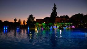 Θερινό κόμμα λιμνών, ζωηρόχρωμη σκηνή νύχτας διακοπών, φίλοι που έχει τη διασκέδαση, ταξίδι Πορτογαλία στοκ εικόνα