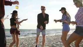 Θερινό Κόμμα στην παραλία Νέοι φίλοι που πίνουν τα κοκτέιλ, που χορεύουν στο cirkle, κιθάρα παιχνιδιού, τραγούδια τραγουδιού και απόθεμα βίντεο