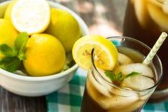 Θερινό παγωμένο ποτό τσάι με το λεμόνι στοκ φωτογραφίες