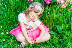 Θερινό πορτρέτο ενός χαριτωμένου μικρού κοριτσιού Στοκ Εικόνα