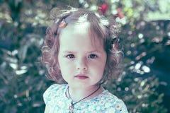 Θερινό πορτρέτο του μικρού κοριτσιού στοκ εικόνες με δικαίωμα ελεύθερης χρήσης