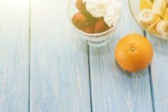 Θερινό πρόγευμα: μούρο, φρούτα Apple, φράουλα, πορτοκάλι, μπανάνα Ανοικτό μπλε πίνακας Στοκ Φωτογραφίες