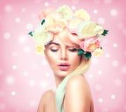 Θερινό πρότυπο κορίτσι ομορφιάς με το ζωηρόχρωμο στεφάνι λουλουδιών στοκ φωτογραφία με δικαίωμα ελεύθερης χρήσης
