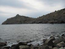 Θερινό συννεφιάζω seascape στην Κριμαία Πέτρες και βράχοι θαλασσίως Στοκ Φωτογραφία