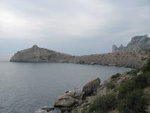 Θερινό συννεφιάζω seascape στην Κριμαία Πέτρες και βράχοι θαλασσίως Στοκ φωτογραφία με δικαίωμα ελεύθερης χρήσης