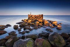 Θερινό τοπίο ανατολής με την παλαιά σπασμένη αποβάθρα Στοκ φωτογραφίες με δικαίωμα ελεύθερης χρήσης