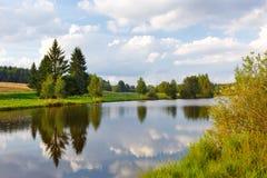 Θερινό τοπίο με έναν ποταμό και τα δέντρα Στοκ Φωτογραφία