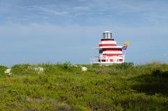 Θερινό τοπίο με ένα ζωηρόχρωμο σπίτι lifeguard Στοκ φωτογραφίες με δικαίωμα ελεύθερης χρήσης