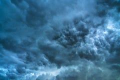 Θερινό τοπίο με τα μαύρα σύννεφα θύελλας Στοκ Εικόνες