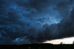 Θερινό τοπίο με τα μαύρα σύννεφα θύελλας Στοκ φωτογραφία με δικαίωμα ελεύθερης χρήσης