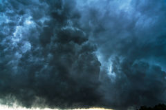 Θερινό τοπίο με τα μαύρα σύννεφα θύελλας Στοκ Φωτογραφία