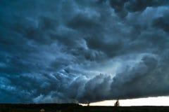Θερινό τοπίο με τα μαύρα σύννεφα θύελλας Στοκ εικόνες με δικαίωμα ελεύθερης χρήσης