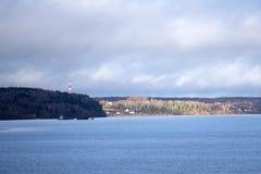 Θερινό τοπίο με την ομίχλη κατά τη διάρκεια της ανατολής Μέρος της φωτογραφίας ανάβει από το κίτρινο φως του ήλιου, και μέρος από Στοκ φωτογραφία με δικαίωμα ελεύθερης χρήσης