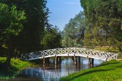 Θερινό τοπίο με την παλαιά ξύλινη γέφυρα Στοκ Εικόνα