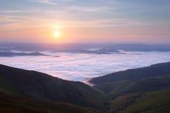 Θερινό τοπίο με την υδρονέφωση πρωινού στα βουνά στοκ φωτογραφία με δικαίωμα ελεύθερης χρήσης