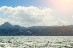 Θερινό τοπίο με τη σειρά ήλιων, θάλασσας και βουνών Στοκ Εικόνα