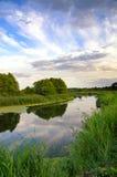 Θερινό τοπίο με τον ουρανό και τα σύννεφα που απεικονίζουν στον ποταμό Στοκ εικόνες με δικαίωμα ελεύθερης χρήσης