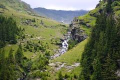Θερινό τοπίο με τον ποταμό και το βουνό όμορφη όψη στοκ φωτογραφίες με δικαίωμα ελεύθερης χρήσης
