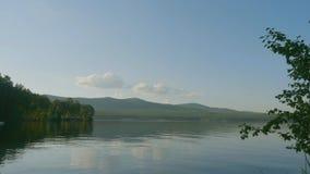 Θερινό τοπίο με τον ποταμό, το νεφελώδη ουρανό, το δάσος και τον ήλιο timelapse θερινό τοπίο με το χρονικό σφάλμα ποταμών και μπλ Στοκ Φωτογραφία