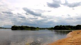 Θερινό τοπίο με τον ποταμό Oka, Ρωσία οι γραφικές τράπεζες του σύννεφου μια θερινή ημέρα απόθεμα βίντεο
