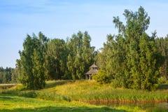 Θερινό τοπίο με το ξύλινο gazebo Στοκ εικόνες με δικαίωμα ελεύθερης χρήσης