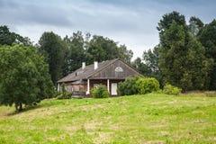 Θερινό τοπίο με το παλαιό ξύλινο σπίτι Στοκ εικόνα με δικαίωμα ελεύθερης χρήσης