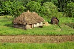Θερινό τοπίο - παλαιά ουκρανική του χωριού αρχιτεκτονική Στοκ εικόνα με δικαίωμα ελεύθερης χρήσης
