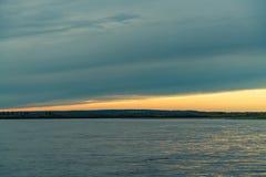 Θερινό τοπίο στις όχθεις του πράσινου ποταμού στο ηλιοβασίλεμα, Ρωσία στοκ φωτογραφίες με δικαίωμα ελεύθερης χρήσης