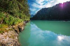Θερινό τοπίο στον ποταμό Katun Altai, νότια Σιβηρία, RU στοκ εικόνα