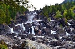 Θερινό τοπίο του καταρράκτη Uchar στα βουνά Altai, Δημοκρατία Altai, Σιβηρία, Ρωσία στοκ φωτογραφία με δικαίωμα ελεύθερης χρήσης