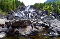 Θερινό τοπίο του καταρράκτη Uchar στα βουνά Altai, Δημοκρατία Altai, Σιβηρία, Ρωσία στοκ φωτογραφίες με δικαίωμα ελεύθερης χρήσης