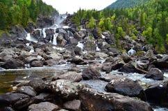 Θερινό τοπίο του καταρράκτη Uchar στα βουνά Altai, Δημοκρατία Altai, Σιβηρία, Ρωσία στοκ εικόνες