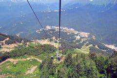 Θερινό τοπίο των καυκάσιων βουνών και του τελεφερίκ με funicular στοκ εικόνα