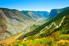 Θερινό τοπίο katu-Yaryk του περάσματος στα βουνά Altai, Σιβηρία, Ρωσία στοκ φωτογραφία με δικαίωμα ελεύθερης χρήσης