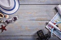 Θερινό υπόβαθρο, διακοπές, τουρισμός, καπέλο αχύρου, γυαλιά ηλίου, παντόφλες παραλιών, ξύλινο υπόβαθρο Κορυφή vew διάστημα αντιγρ στοκ φωτογραφίες με δικαίωμα ελεύθερης χρήσης