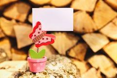Θερινό υπόβαθρο με το έμβλημα εκμετάλλευσης πεταλούδων Στοκ φωτογραφία με δικαίωμα ελεύθερης χρήσης