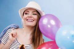 Θερινό χαρούμενο κορίτσι γυναικών με τα ζωηρόχρωμα μπαλόνια Στοκ φωτογραφία με δικαίωμα ελεύθερης χρήσης