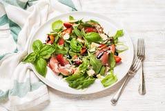 Θερινό arugula, prosciutto και σαλάτα φραουλών Στοκ Φωτογραφία
