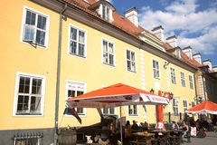 Θερινό patio κοντά στις αποδοκιμασίες Jacobs (kazarmas Jekaba) στην παλαιά Ρήγα Στοκ Εικόνες