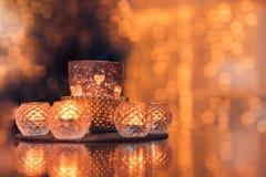 Θερμά κεριά σύνθεσης Χριστουγέννων, ξηρά πορτοκάλια στον πίνακα Διακοπές, νέο έτος, Χριστούγεννα, έννοια cosiness άνετο σπίτι στοκ εικόνες με δικαίωμα ελεύθερης χρήσης