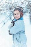 Θερμά ντυμένο παιχνίδι αγοριών στο χειμερινό δάσος Στοκ εικόνες με δικαίωμα ελεύθερης χρήσης