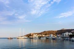 Θερμά χρώματα αυγής πέρα από το λιμάνι του νησιού Patmos, Dodecanese, Ελλάδα Στοκ Εικόνες