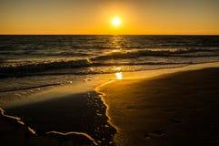 Θερμά χρώματα ουρανού ηλιοβασιλέματος στην παραλία στοκ εικόνες