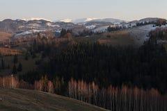 Θερμά χρώματα πέρα από το ορεινό χωριό στοκ φωτογραφίες με δικαίωμα ελεύθερης χρήσης