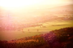 Θερμά χρώματα του αέρα ηλιοβασιλέματος πέρα από την πόλη στην επαρχία στοκ εικόνα