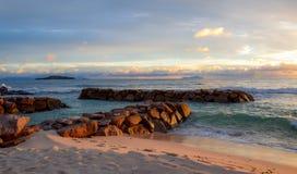 Θερμές πέτρες ηλιοβασιλέματος στη θάλασσα Στοκ Εικόνες