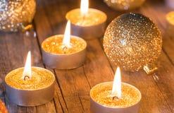 Θερμή ατμόσφαιρα Χριστουγέννων με τα χρυσά κεριά και τα ακτινοβολώντας μπιχλιμπίδια στοκ φωτογραφίες με δικαίωμα ελεύθερης χρήσης