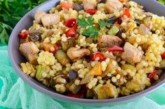 Θερμή διαιτητική σαλάτα από τα ψημένα κολοκύθια λαχανικών, το γλυκό πιπέρι, τη μελιτζάνα, το κρεμμύδι, το κοτόπουλο και το κουσκο Στοκ εικόνες με δικαίωμα ελεύθερης χρήσης