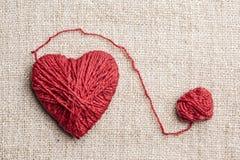 Θερμή καρδιά φιαγμένη από κόκκινο νήμα μαλλιού Στοκ φωτογραφία με δικαίωμα ελεύθερης χρήσης